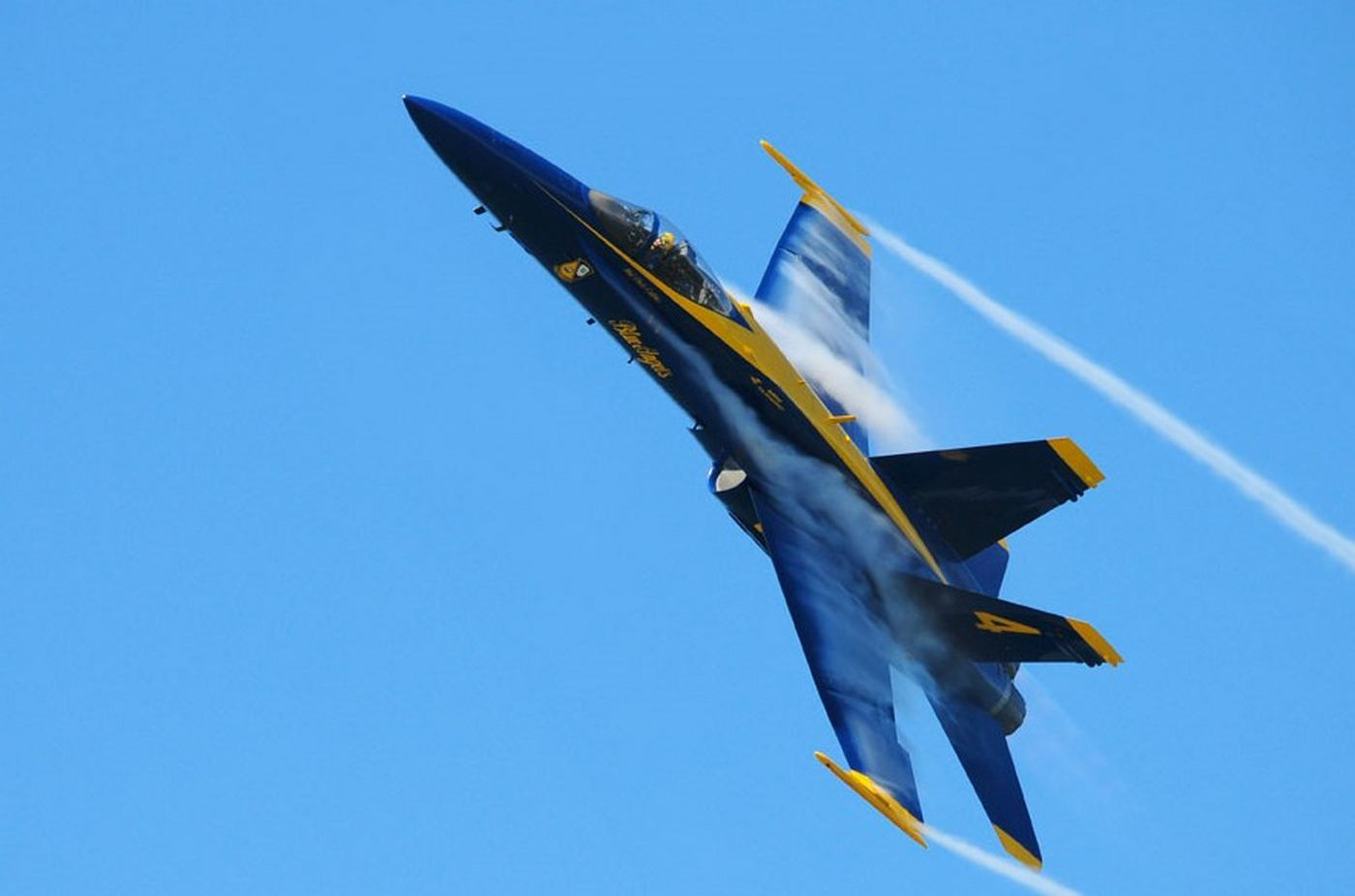 blue angel close to water's surface at 500mph | wordlesstech