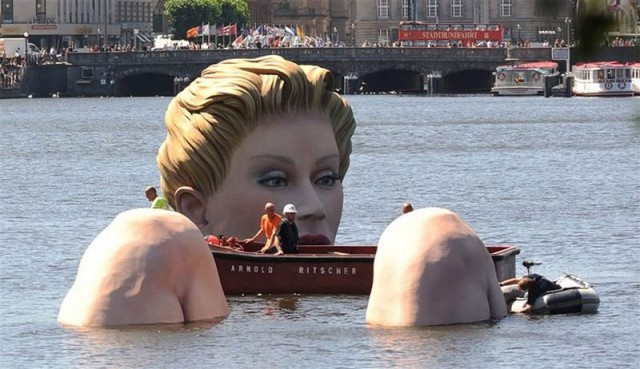 Giant mermaid by Oliver Voss on Alster lake in Hamburg (6)