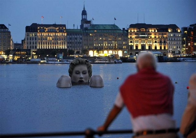 Giant mermaid by Oliver Voss on Alster lake in Hamburg (5)