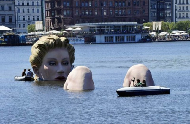 Giant mermaid by Oliver Voss on Alster lake in Hamburg (2)