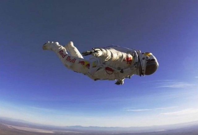 Red Bull Stratos team- Freefall from edge of space