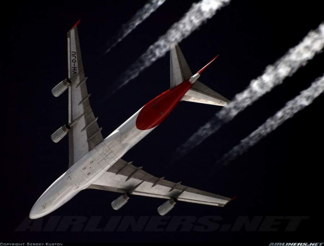 Contrails from a Qantas Boeing 747-400