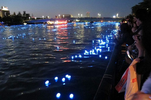 100,000 LED lights float down the Sumida River (5)