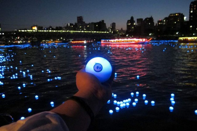 100,000 LED lights float down the Sumida River (3)
