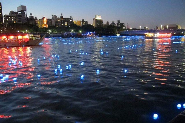 100,000 LED lights float down the Sumida River (2)