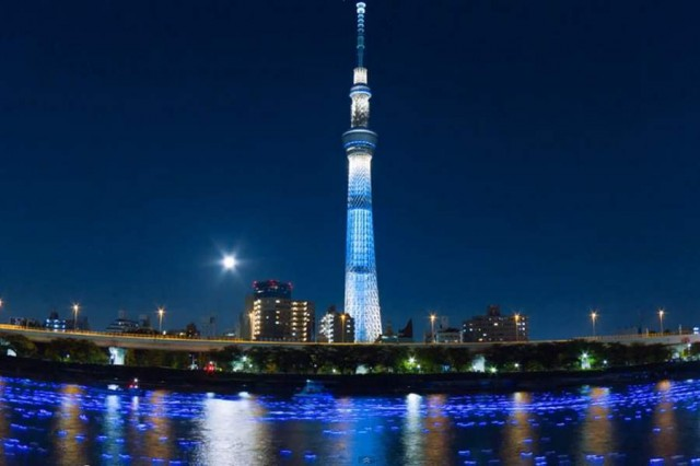 100,000 LED lights float down the Sumida River (1)