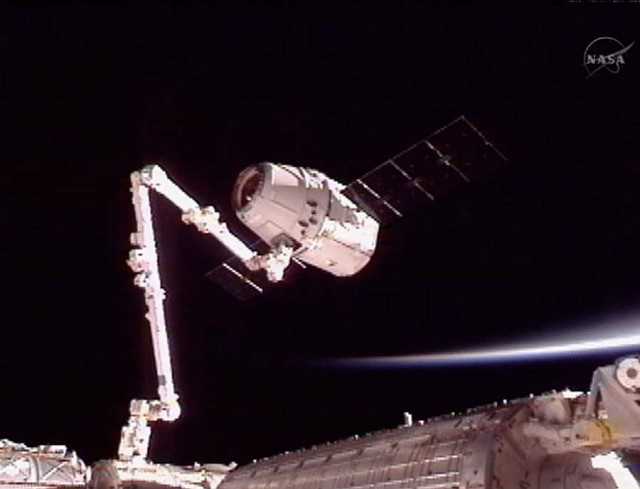 SpaceX Dragon Captured by ISS (6)
