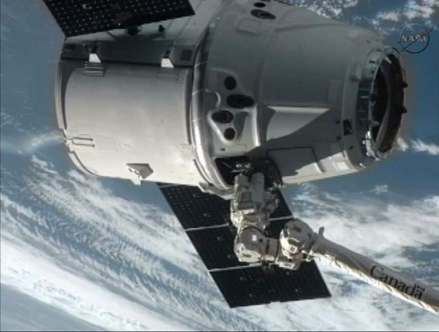 SpaceX Dragon Captured by ISS (2)