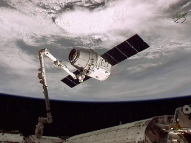 SpaceX Dragon Captured by ISS (1)