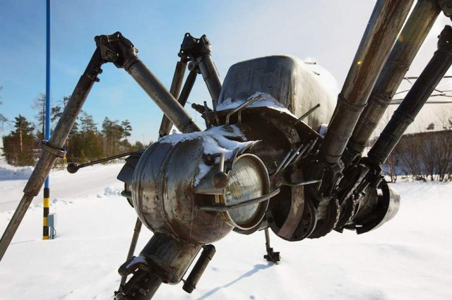 Mosquito Monument by Valery Chaliy in Noyabrsk, Russia (2)