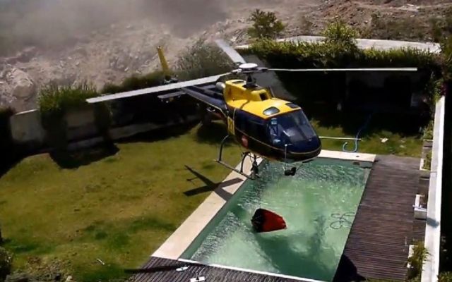 Helicopter steals pool water to fight fire  (1)