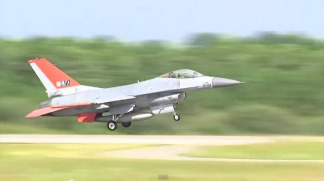 Boeing F-16 makes its first unmanned flight 2