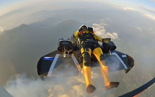 Jetman flies over Mount Fuji  (1)