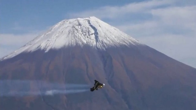 Jetman flies over Mount Fuji  (2)