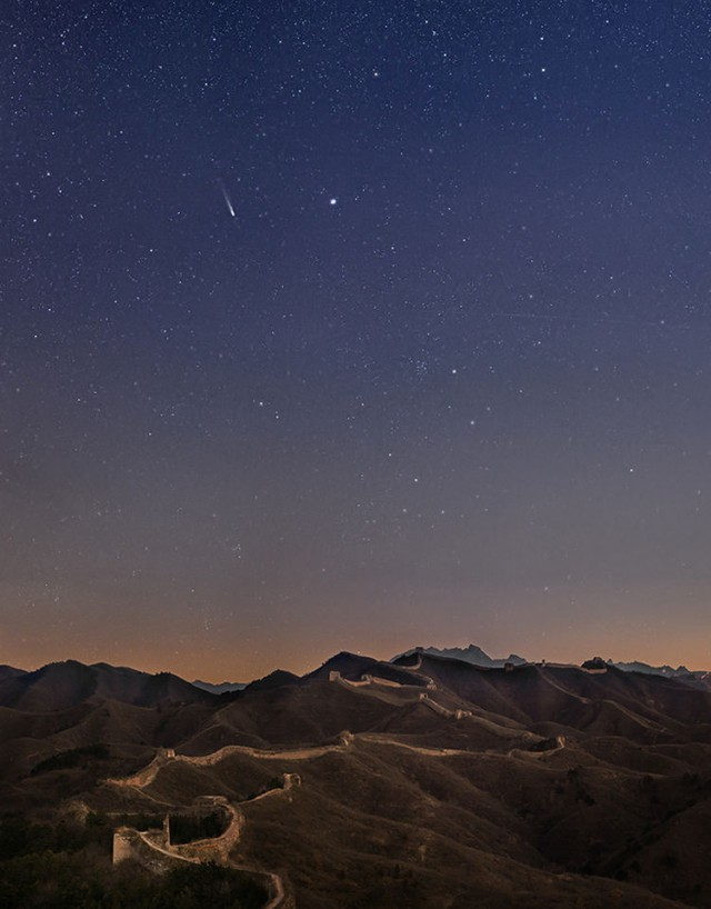 Comet Lovejoy over the Great Wall