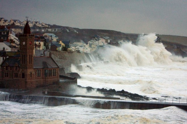 Gigantic Waves beat the coasts of Britain 1