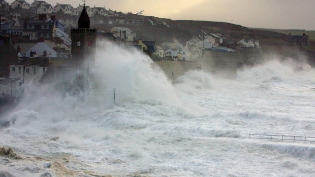 Gigantic Waves beat the coasts of Britain 2