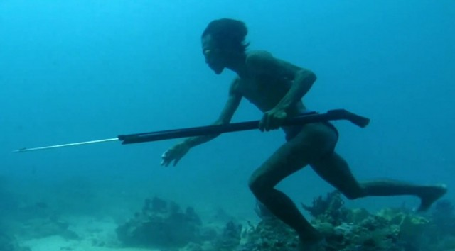 Hunter fishes underwater for five minutes