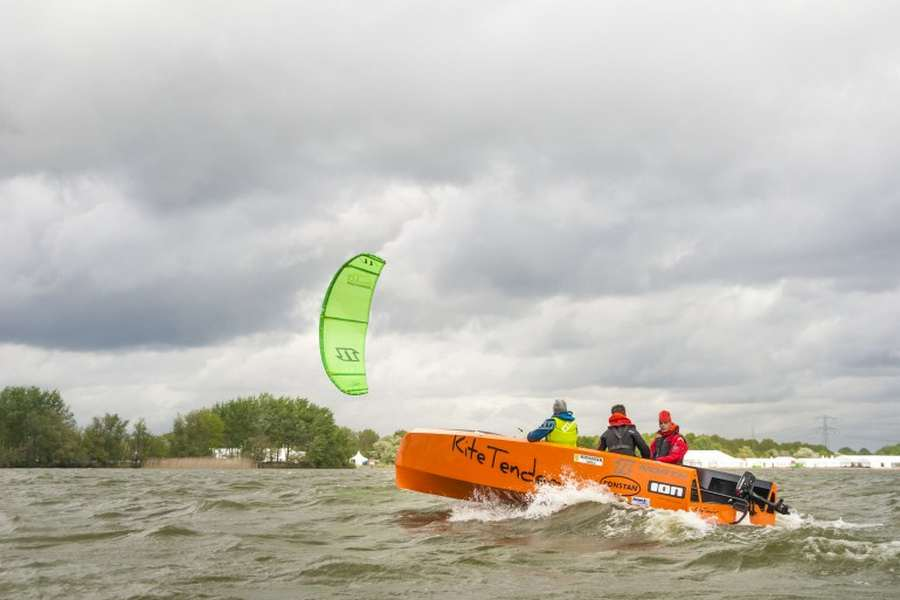 Monohull for kitesailing (4)
