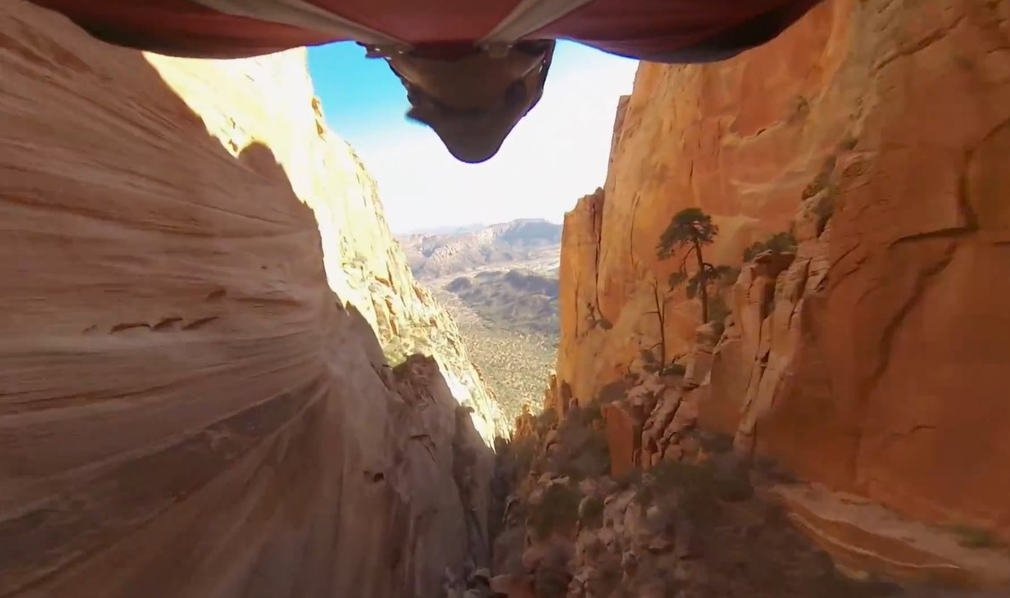 Wingsuit flyby a canyon