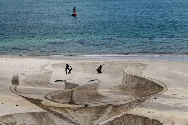 Beachside 3D Optical Illusions (4)