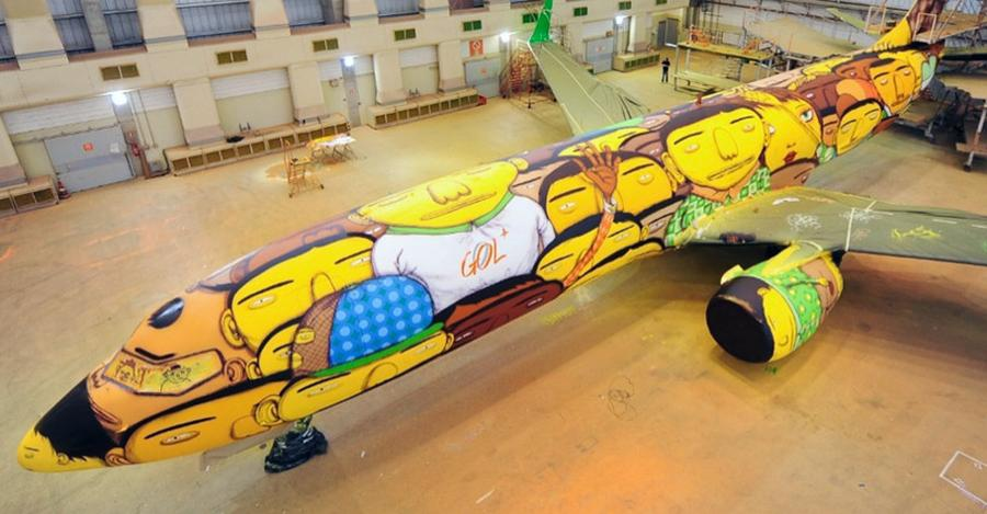 The Boeing of the Brazilian national football team with graffiti (7)