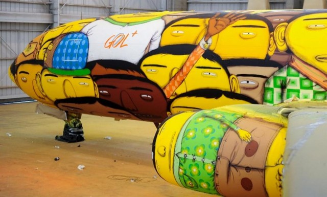 The Boeing of the Brazilian national football team with graffiti (5)