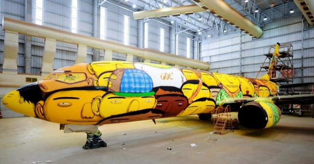The Boeing of the Brazilian national football team with graffiti (6)