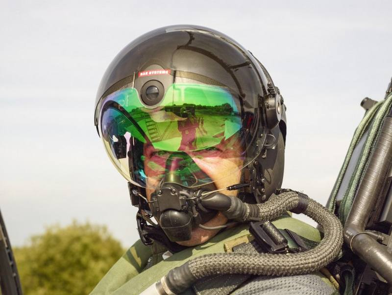 Pilot S Helmet With Superior Tracking And Night Vision