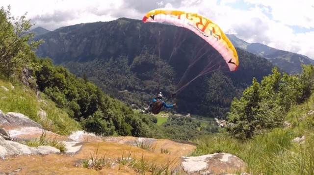 Paragliders play with the Ground
