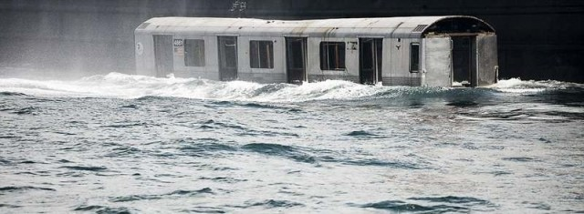 Subway cars are dumped into the sea (3)