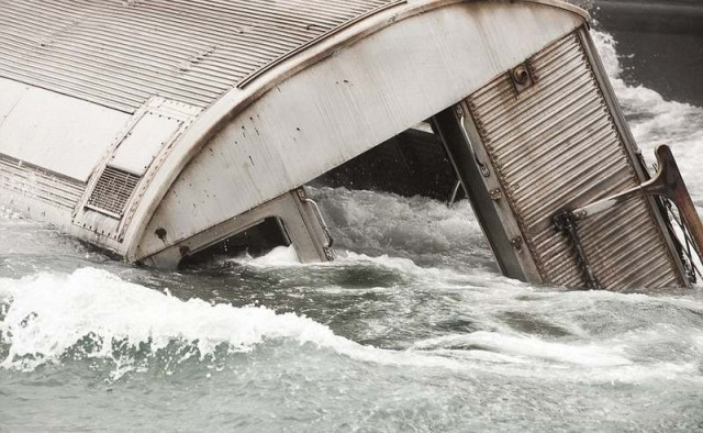 Subway cars are dumped into the sea (2)