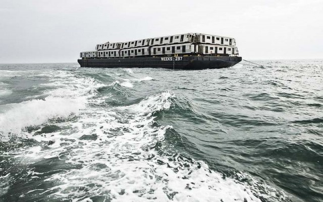 Subway cars are dumped into the sea (1)