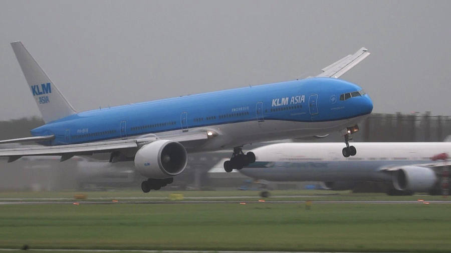 Landing a Boeing 777 in a 75 MPH Storm