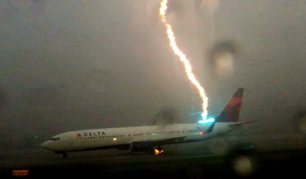 Boeing 737 hit by lightning strike
