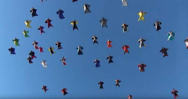 Skydivers in wingsuits break record (2)