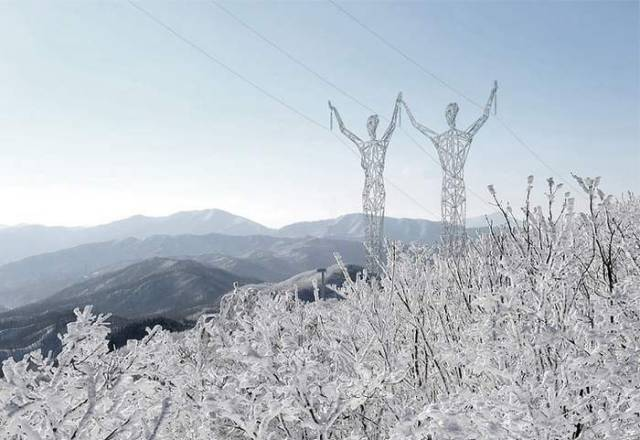 Turning Electricity Pylons into giant Human Statues (1)