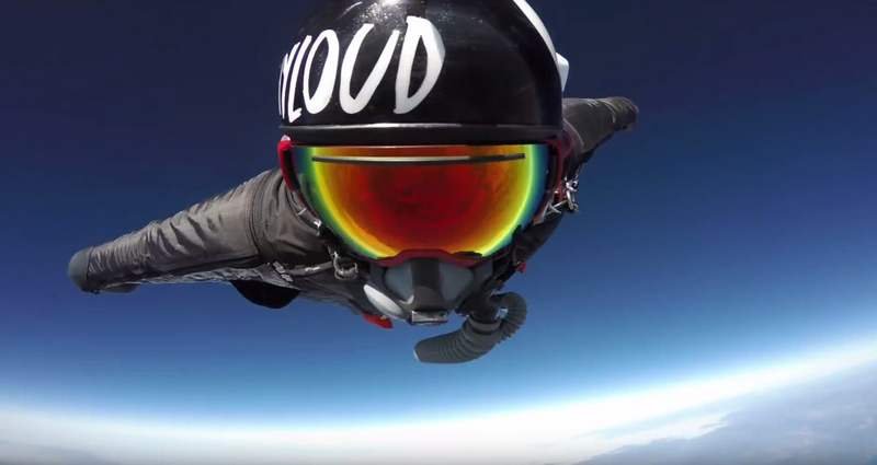 A Navy SEAL breaks the Wingsuit distance record