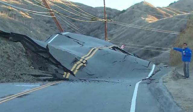 A road rose up in California and no one knows why (1)