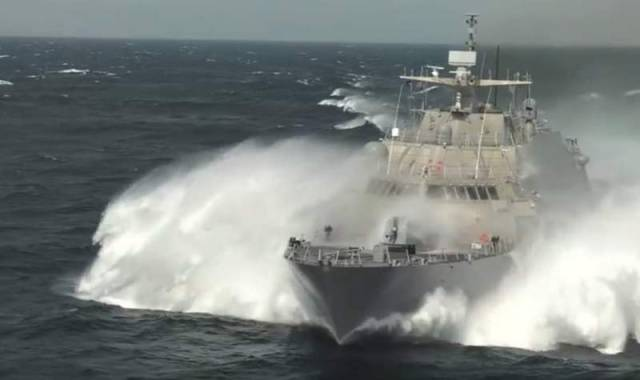 Littoral Combat Ship at high speed (2)