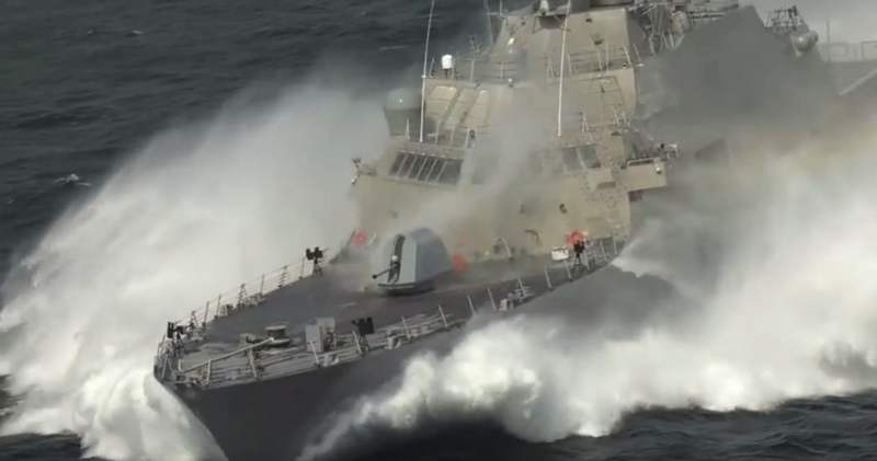 Littoral Combat Ship at high speed (4)