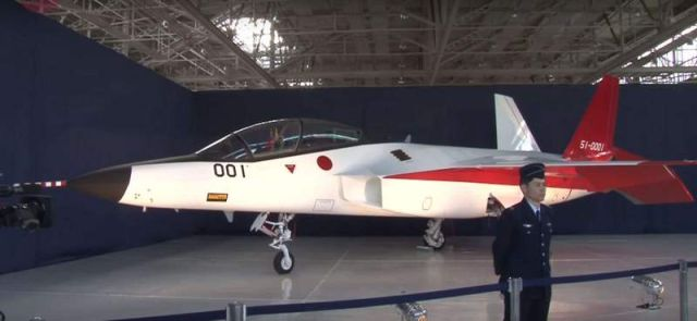 Japan unveils a stealth fighter jet (4)