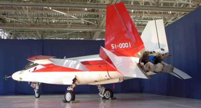 Japan unveils a stealth fighter jet (3)