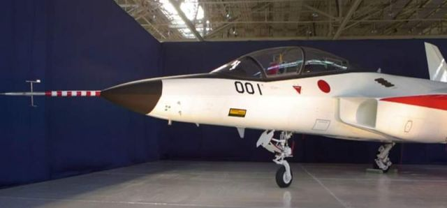 Japan unveils a stealth fighter jet (2)