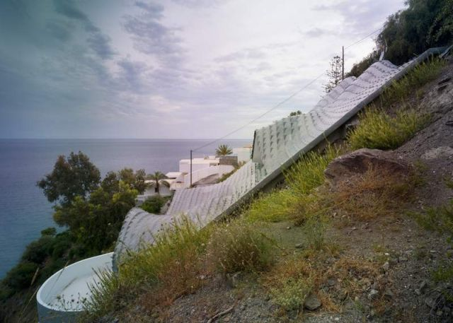 Residence with a wavy zinc-covered roof in Granada province, in Spain (6)