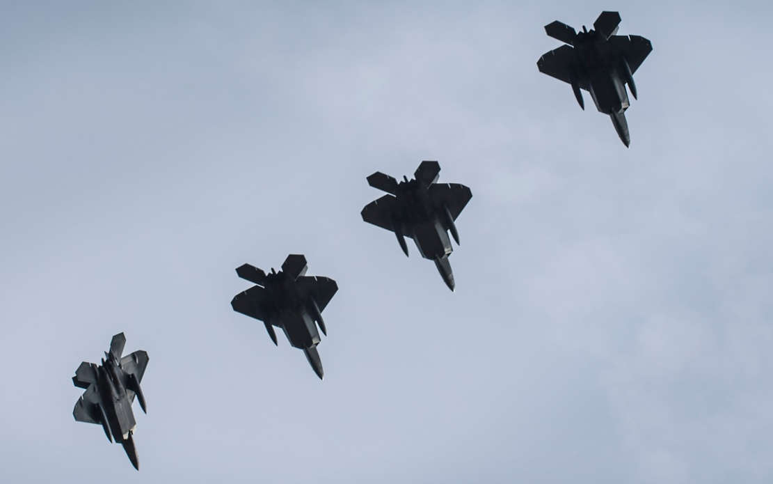 U.S. F-22s in formation flight (1)