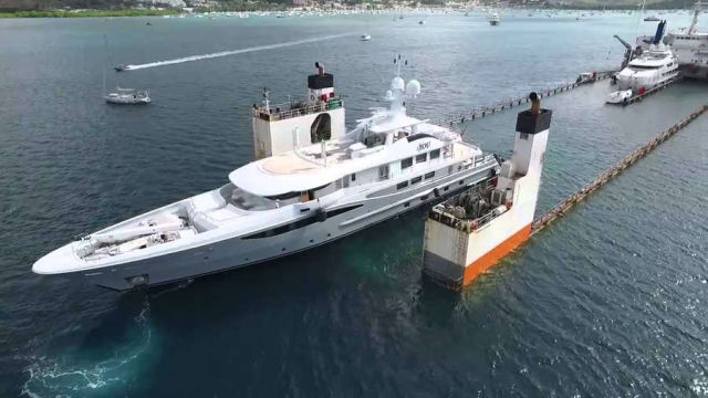 Yacht Carrier sinks and then rises to Transport them (1)