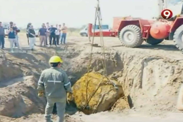 the-extraction-of-a-giant-30-ton-meteorite-1