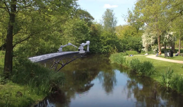 robots-are-3d-printing-a-bridge-video-1