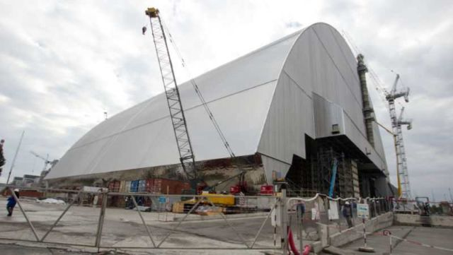 Giant shield begins move towards Chernobyl reactor